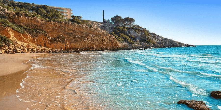 Cala Penya Tallada, aguas tranquilas rodeadas de paredes rocosas